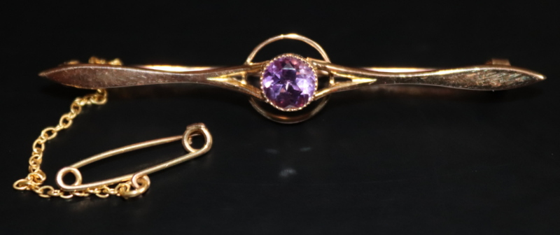Lot 5 - 15ct Gold Antique Bar Brooch Set With A Central Amethyst