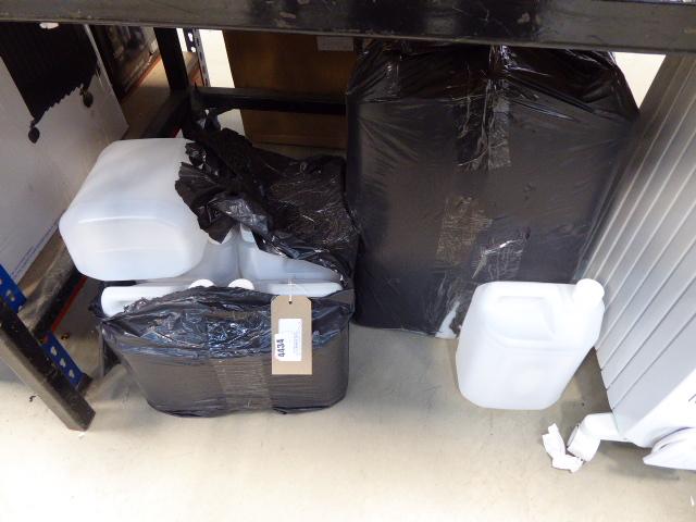 4412 - Quantity of plastic containers