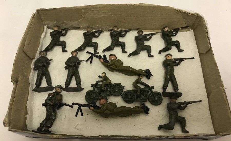 Lot 21 - 12 x WWII lead soldiers, together with 2 dispatch riders.