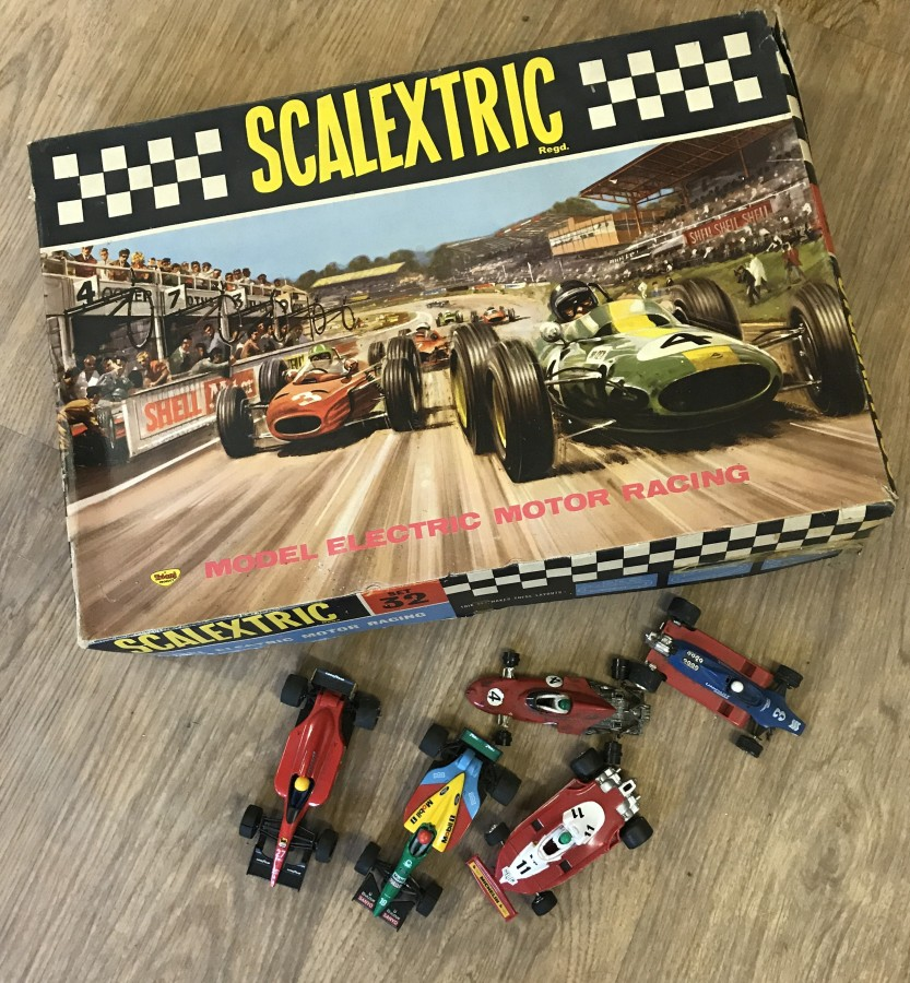 Lot 1 - A 1960's Scalextric Set No.32 (inc. cars) with 5 unboxed cars