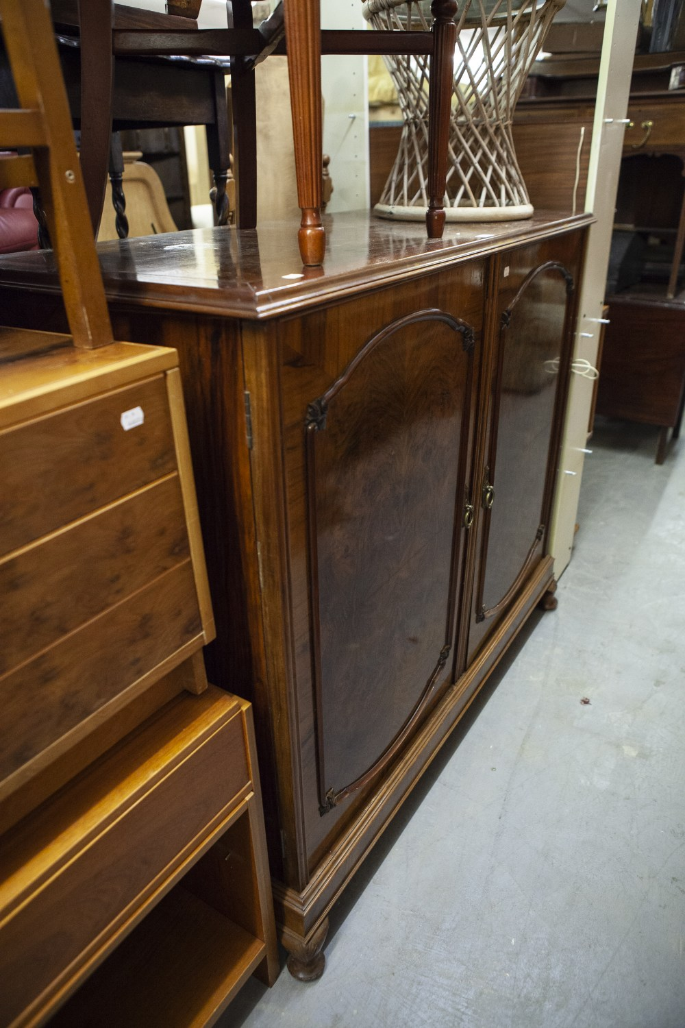 Lot 50 - A LARGE CIRCA 1930's BURR WALNUTWOOD TWO DOOR SIDE CABINET OR DRINKS CABINET, ENCLOSING A CERAMIC