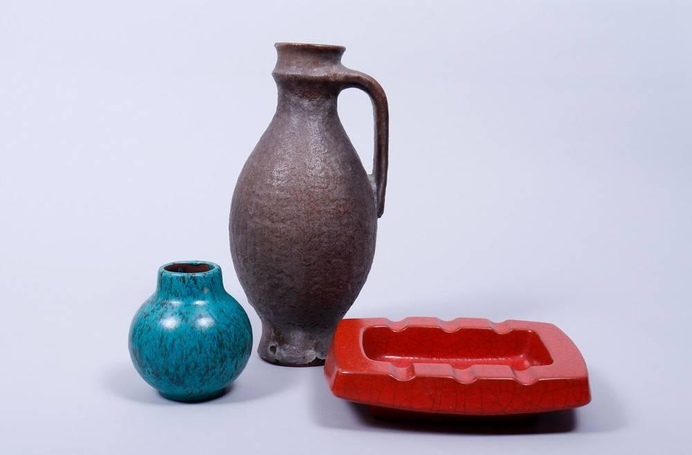 Kleines Konvolut Keramik, Karlsruher Majolika, um 1960 bestehend aus 1 Krug und 1 Vase, Entwurf
