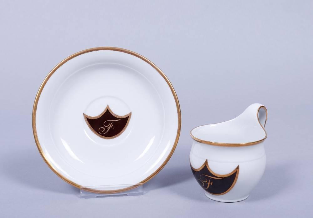 Tasse mit Untertasse, KPM-Berlin, wohl um 1820Porzellan, Goldrand, runde Form mit Campanerhenkel, - Bild 2 aus 6