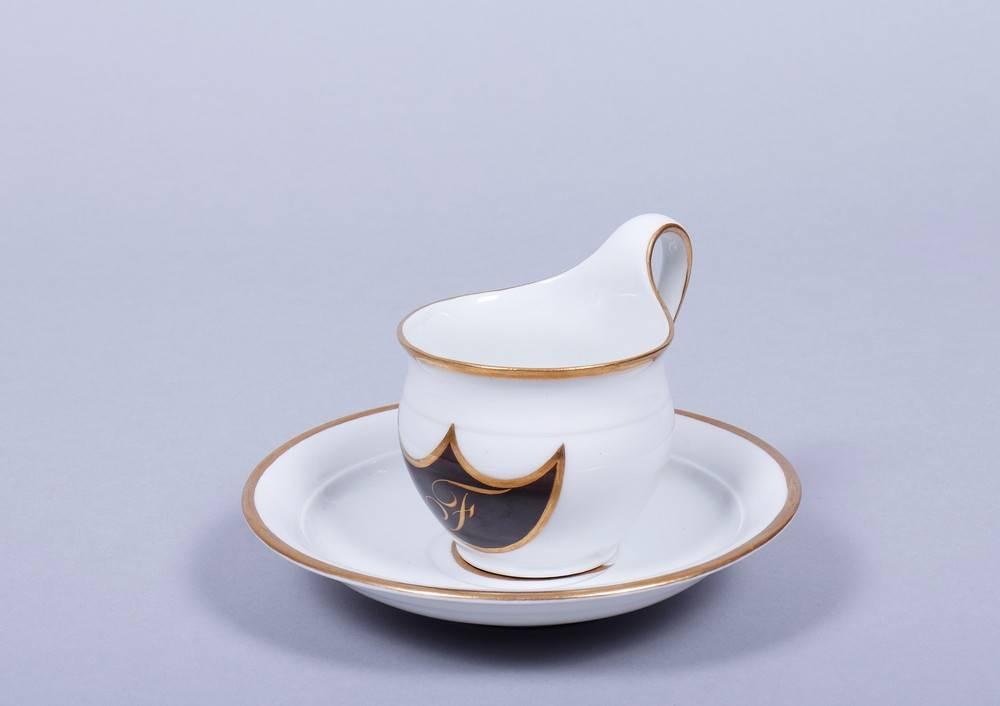 Tasse mit Untertasse, KPM-Berlin, wohl um 1820Porzellan, Goldrand, runde Form mit Campanerhenkel,