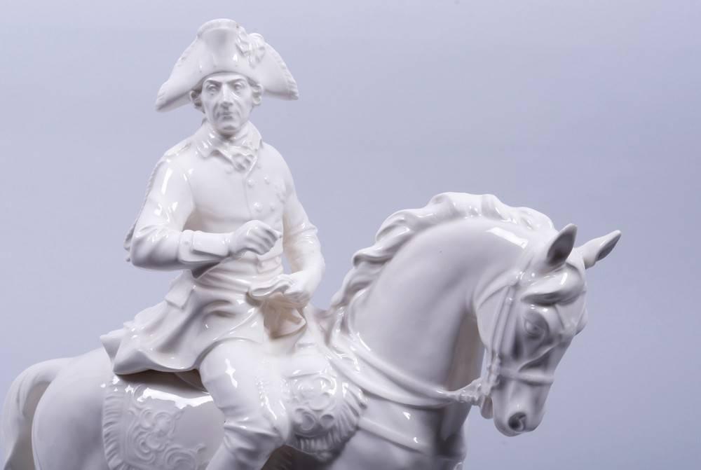 Alter Fritz zu Pferde, Hertwig & Co Porzellanfabrik, Katzhütte, 1. Hälfte 20.Jh. auf flachem Sockel, - Bild 4 aus 6