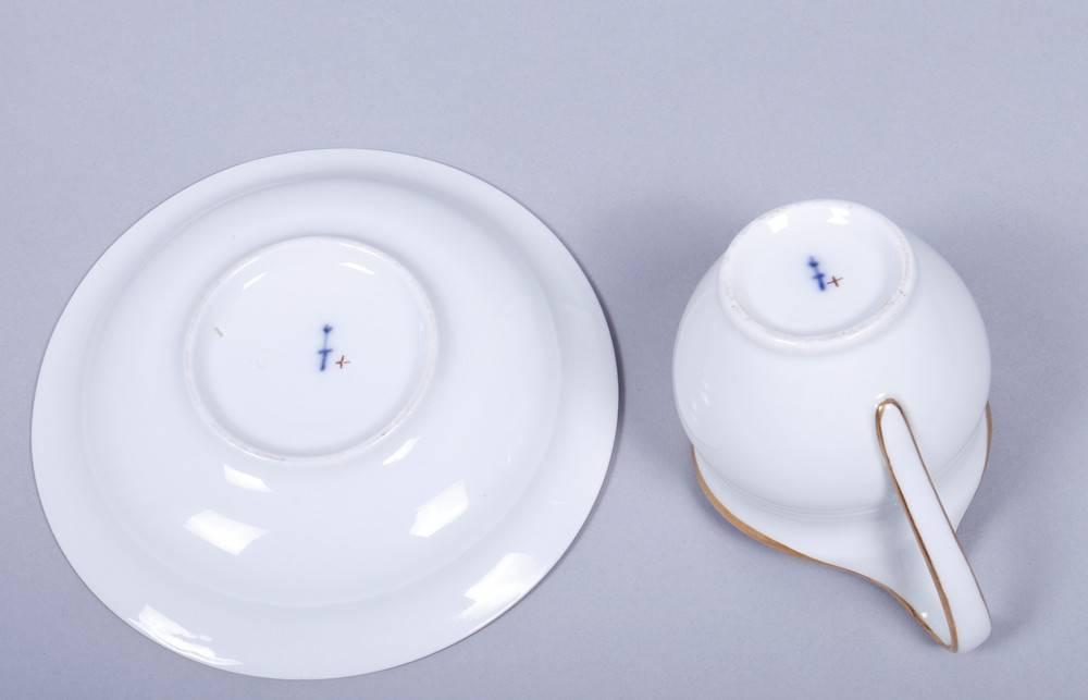 Tasse mit Untertasse, KPM-Berlin, wohl um 1820Porzellan, Goldrand, runde Form mit Campanerhenkel, - Bild 4 aus 6