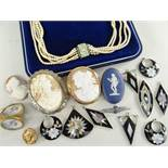 ASSORTED JEWELLERY to include cameo brooches, Adams jasperware brooch, three vintage buttons, a