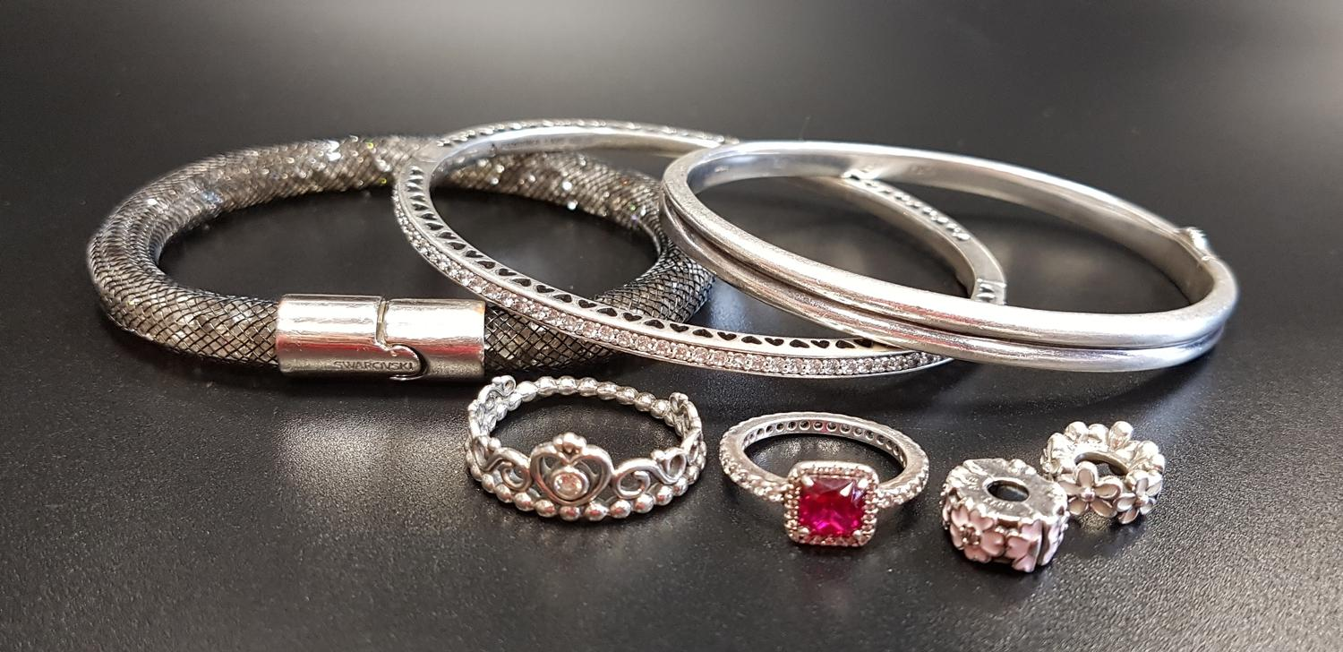 Lot 11 - SELECTION OF FASHION JEWELLERY comprising a Links of London silver hinged bangle, a Pandora
