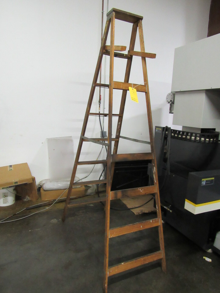 Lot 12 - 8' Keller Model W2-8 Wooden Step Ladder