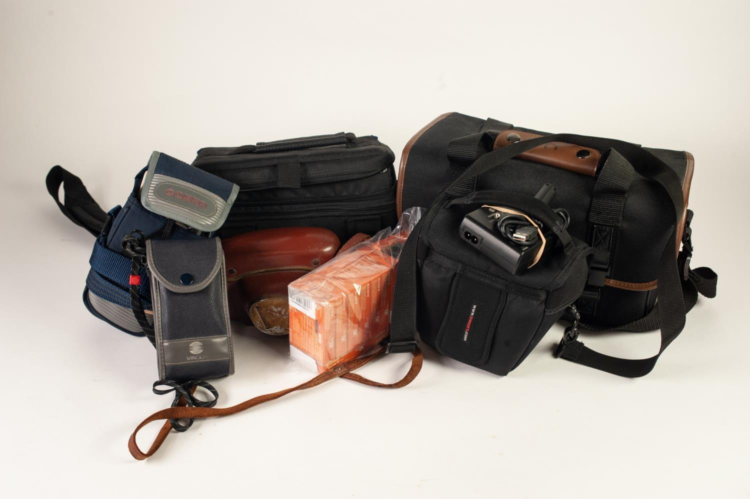 Lot 212 - SELECTION OF PHOTOGRAPHICA including TARON 35mm roll film camera, in leather case; CANON MX150