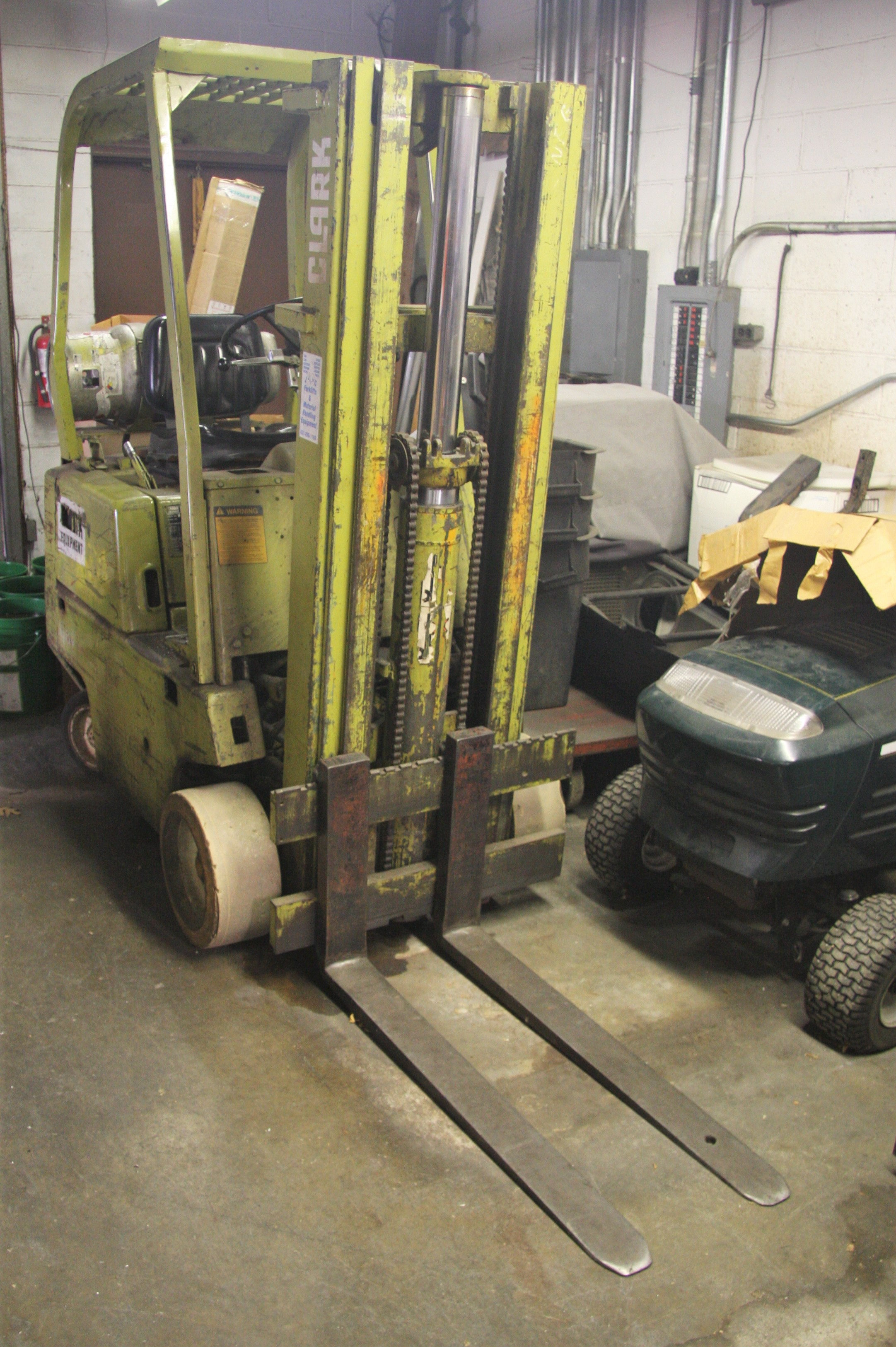 "CLARK MDL. 0500-830 PROPANE POWERED 3000# CAPACITY FORKLIFT TRUCK, WITH 130"" REACH, 3-STAGE MAST, - Image 4 of 11"