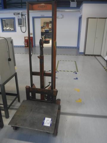 Lot 1027 - Sherpa hydraulic lift