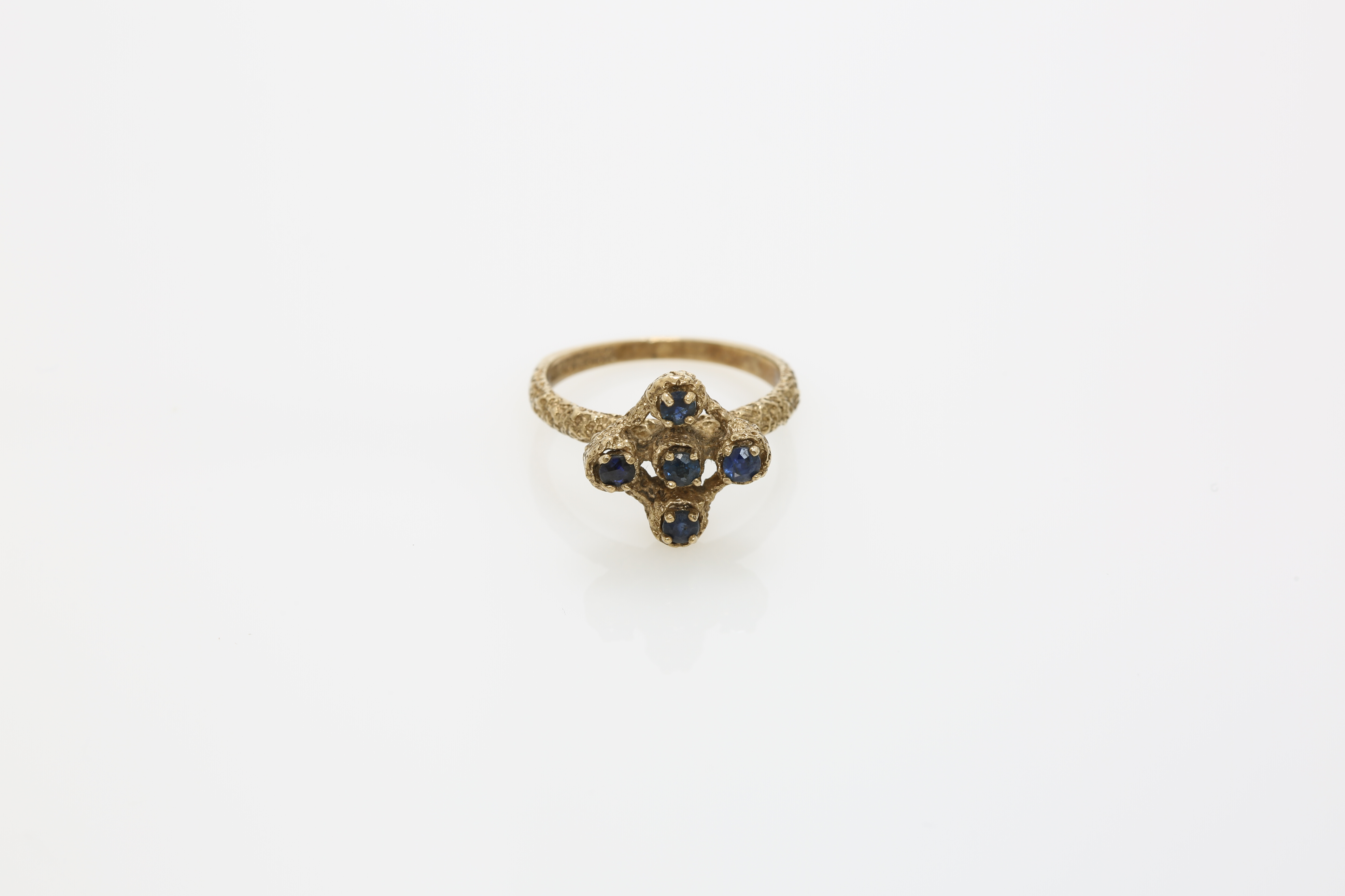A circa 1900 9 carat gold ring. Approx: 3 gr. - Image 2 of 2