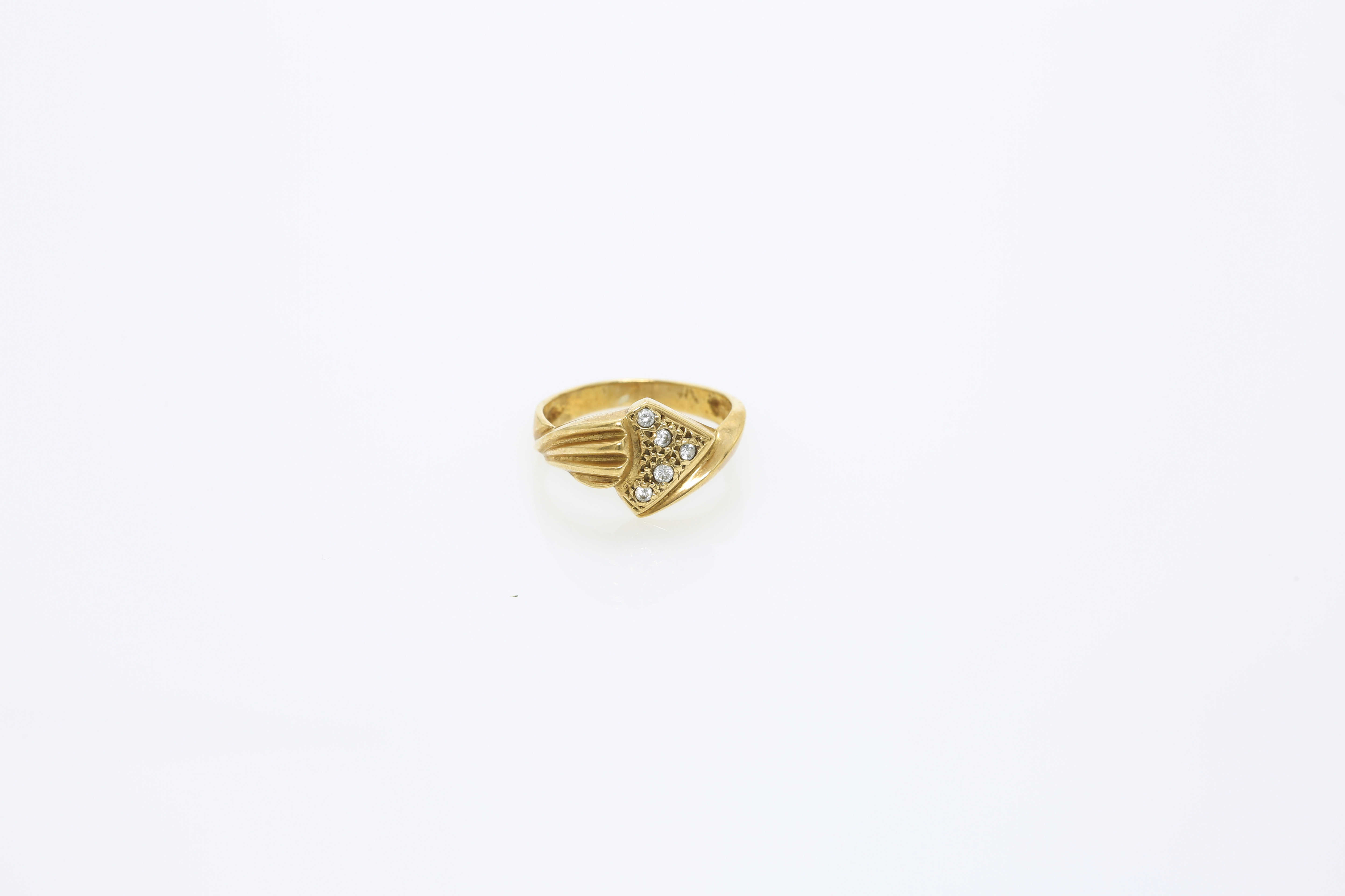 A Lady's gold ring. Approx: 3 gr. - Image 2 of 2