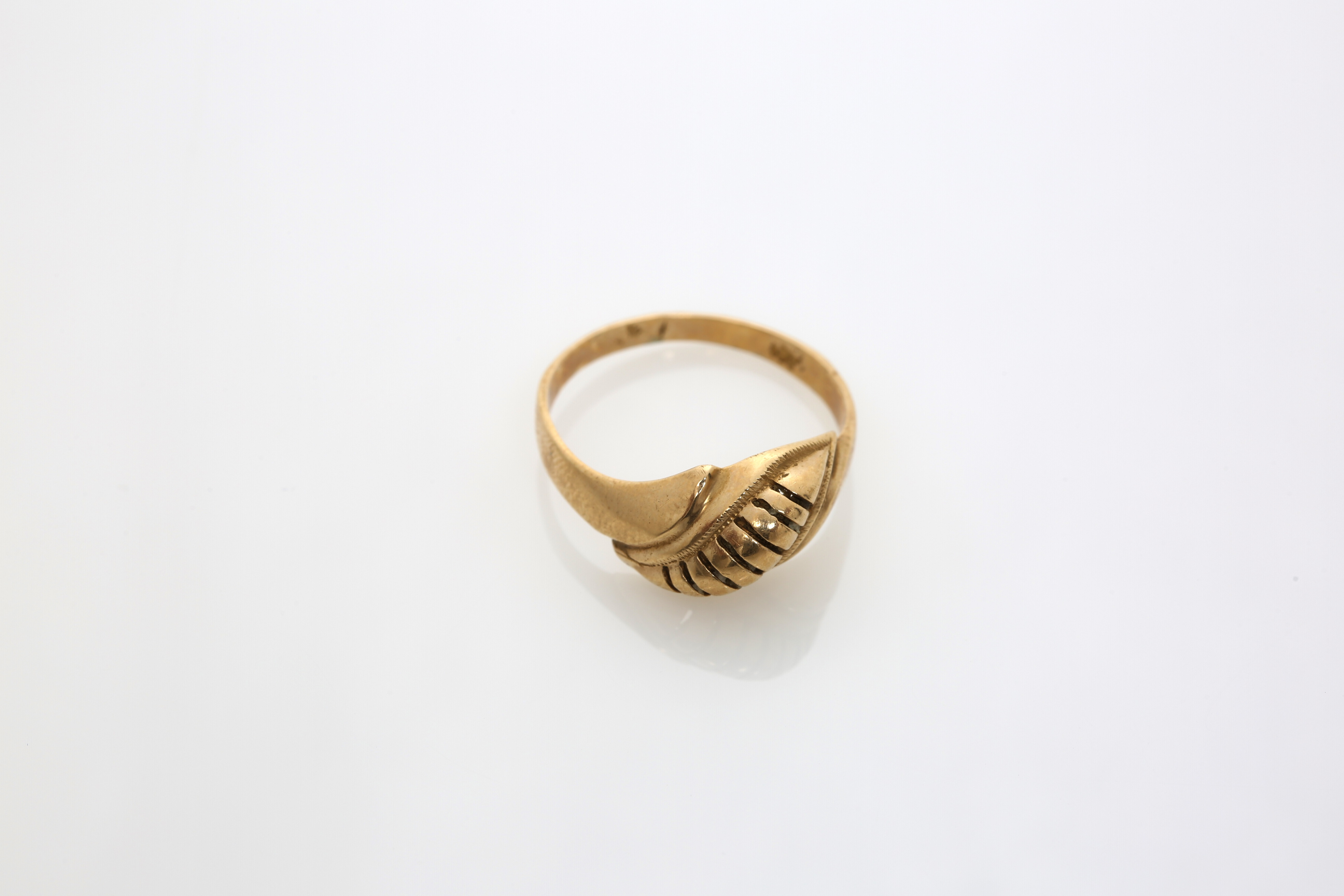 A Lady's Constantinople gold ring. Approx: 3 gr. - Image 2 of 2