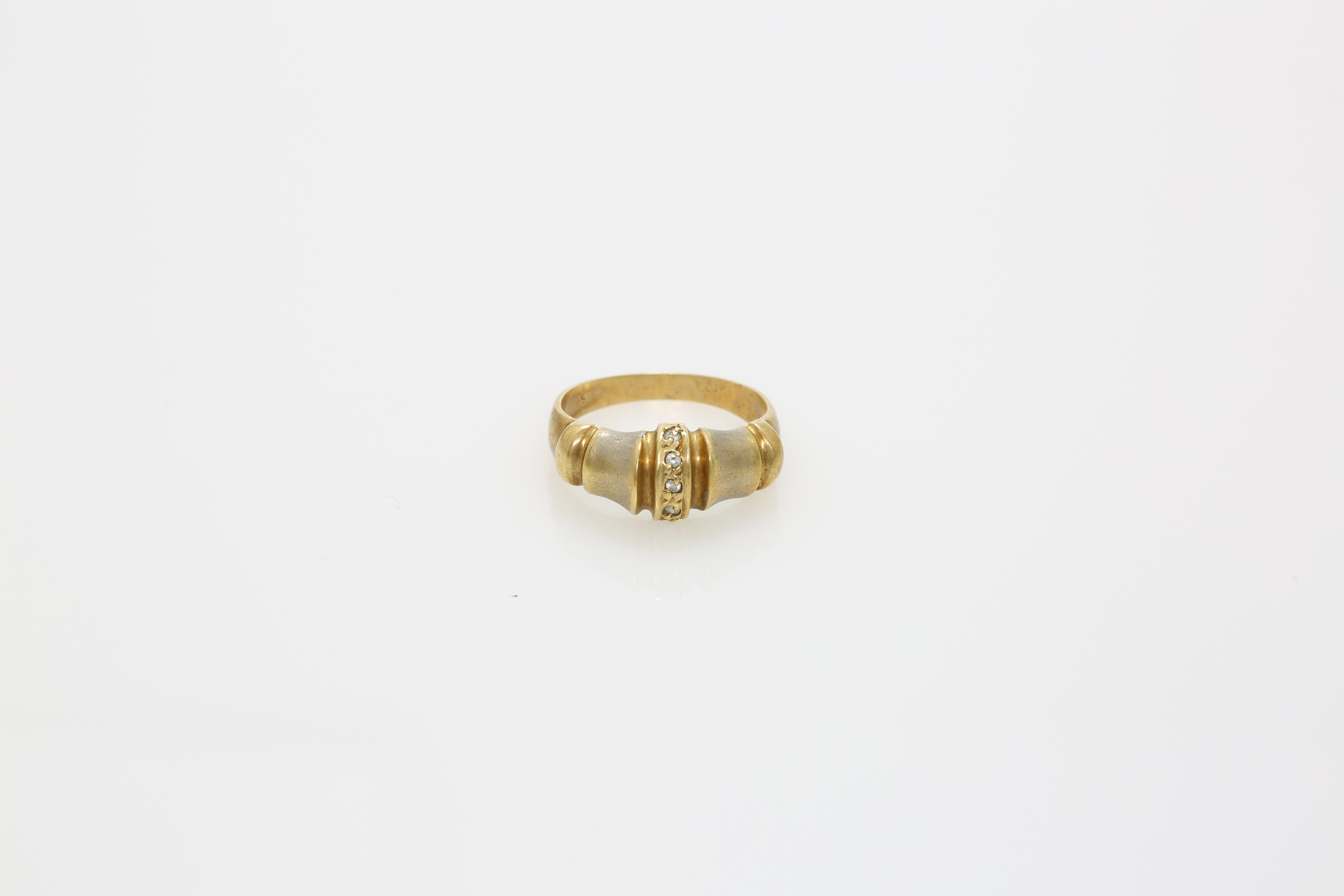 A Lady's 14K gold ring. Approx: 3 gr. - Image 2 of 2