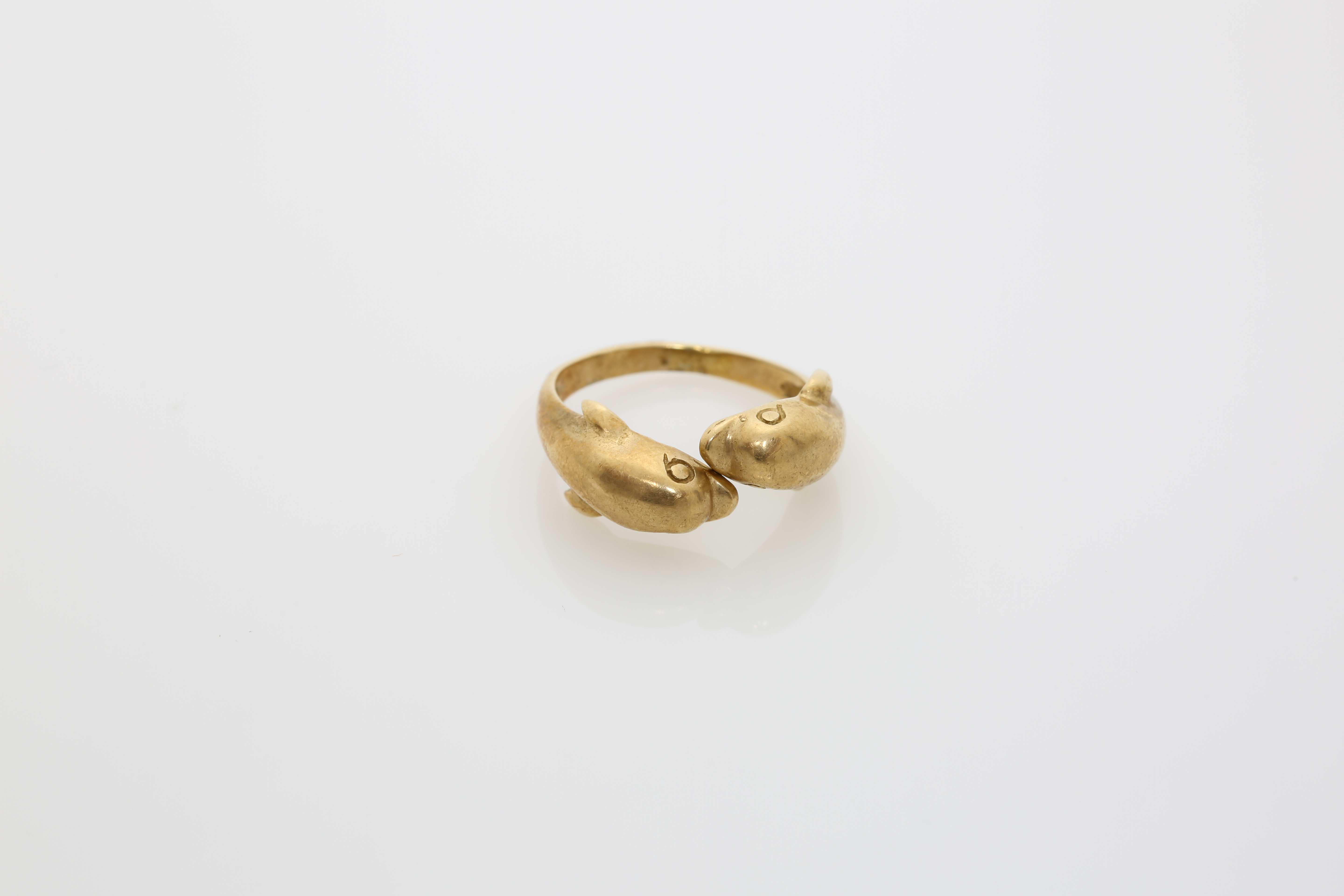 A 14K gold ring with dolphins. Approx: 5 gr - Image 2 of 2