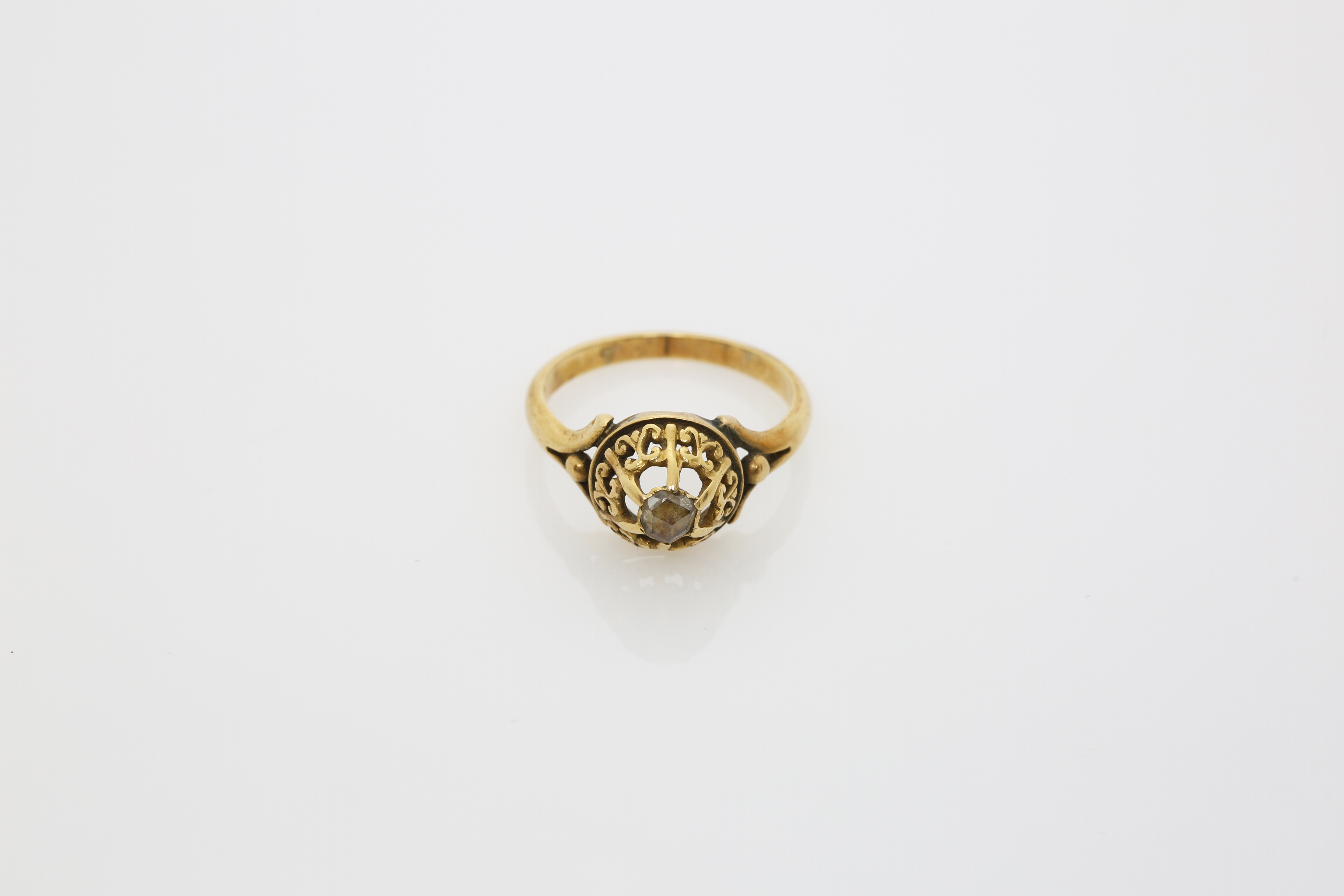An early 20th century Lady's Constantinople gold ring. Approx: 4 gr. - Image 2 of 2