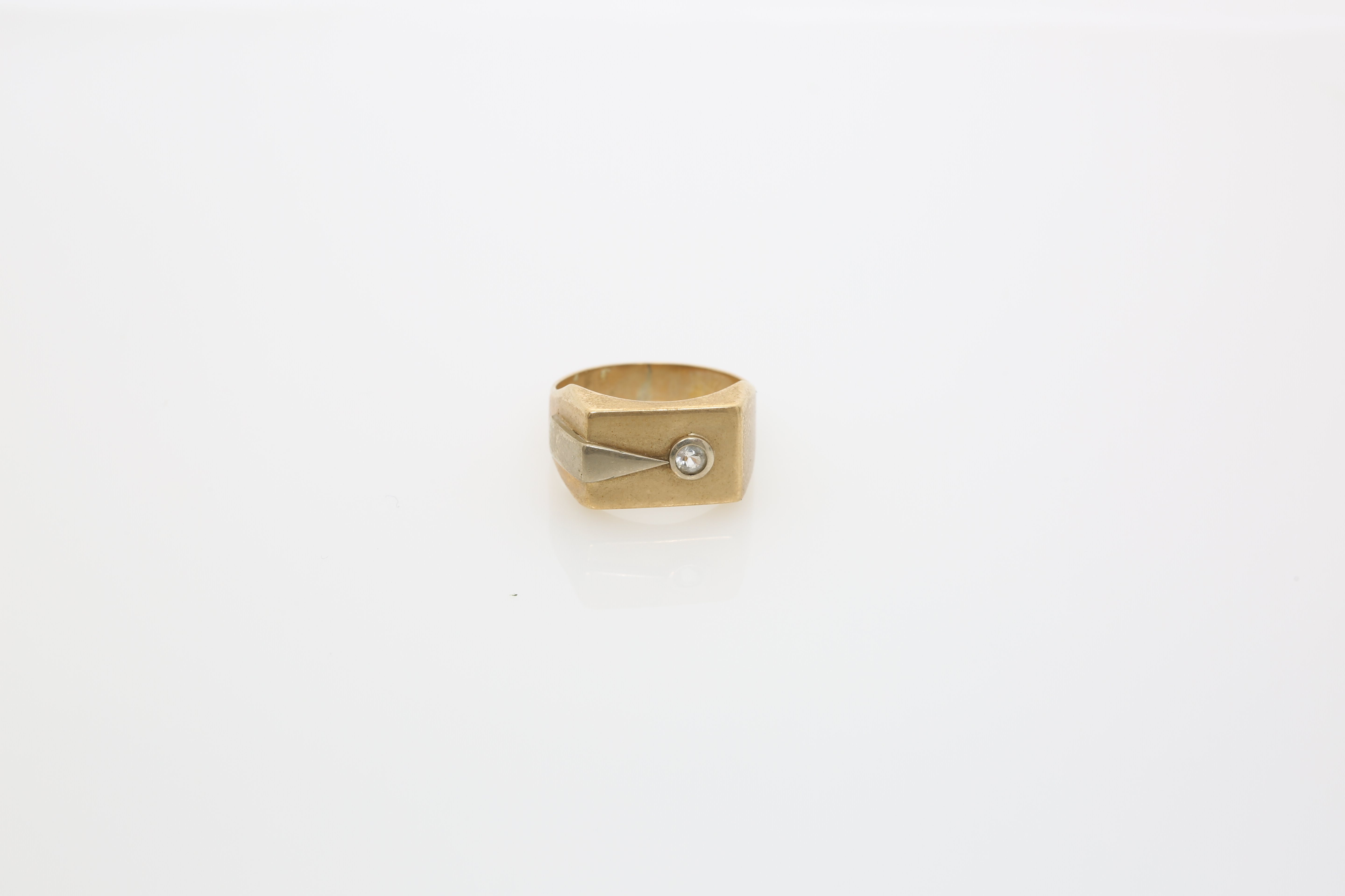 A Gentleman's gold ring. Approx: 4 gr. - Image 2 of 2