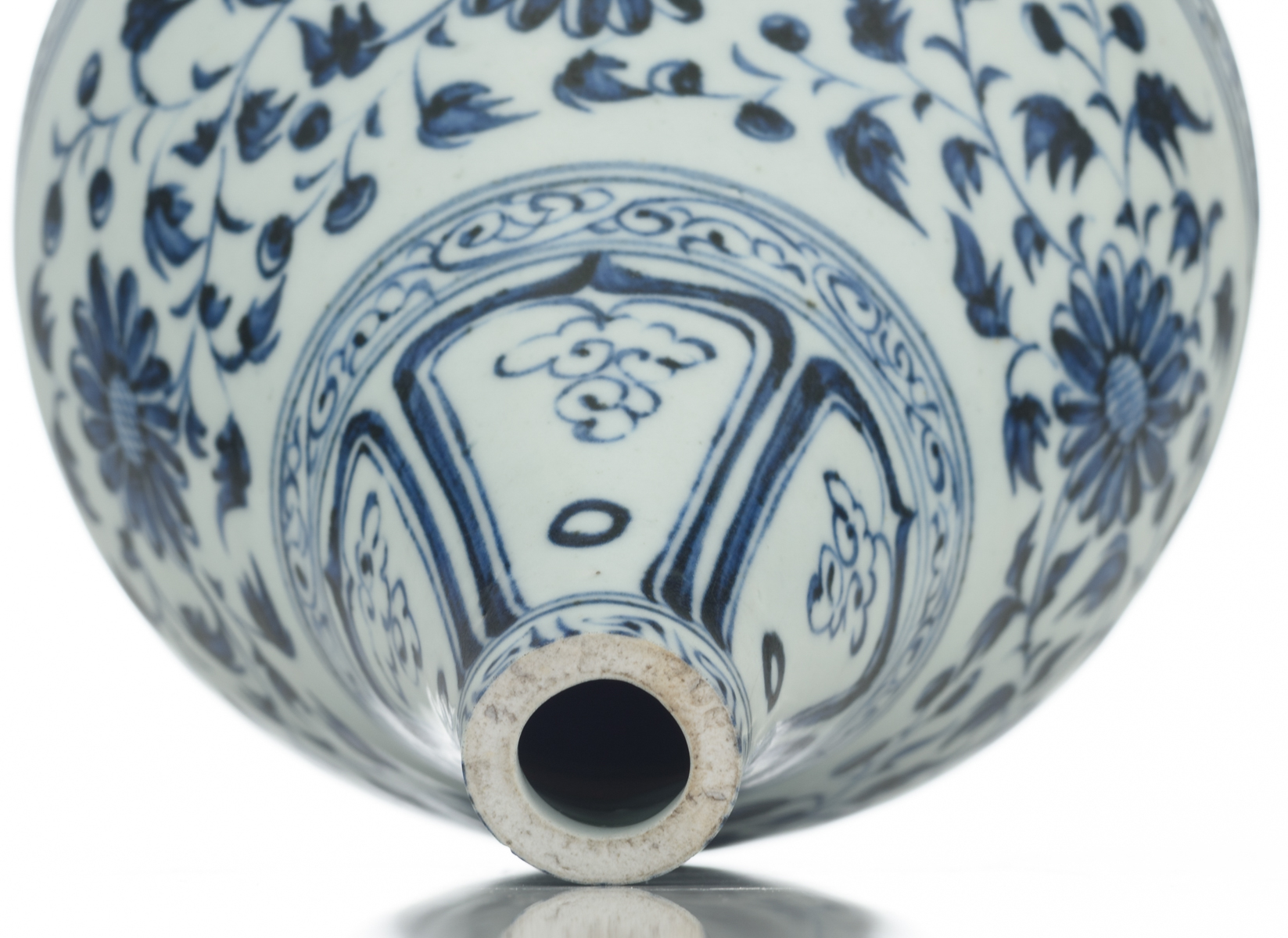 A Chinese blue and white floral decorated Ming type bottle vase, 17thC, H 21,5 cm - Image 5 of 6