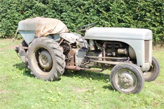 1952 FERGUSON TE-20 4cylinder petrol TRACTOR Reg No: UVW 940