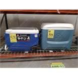 Dos hieleras de plástico marca Igloo de capacidad 40 lts. Y 35 sellos de goma