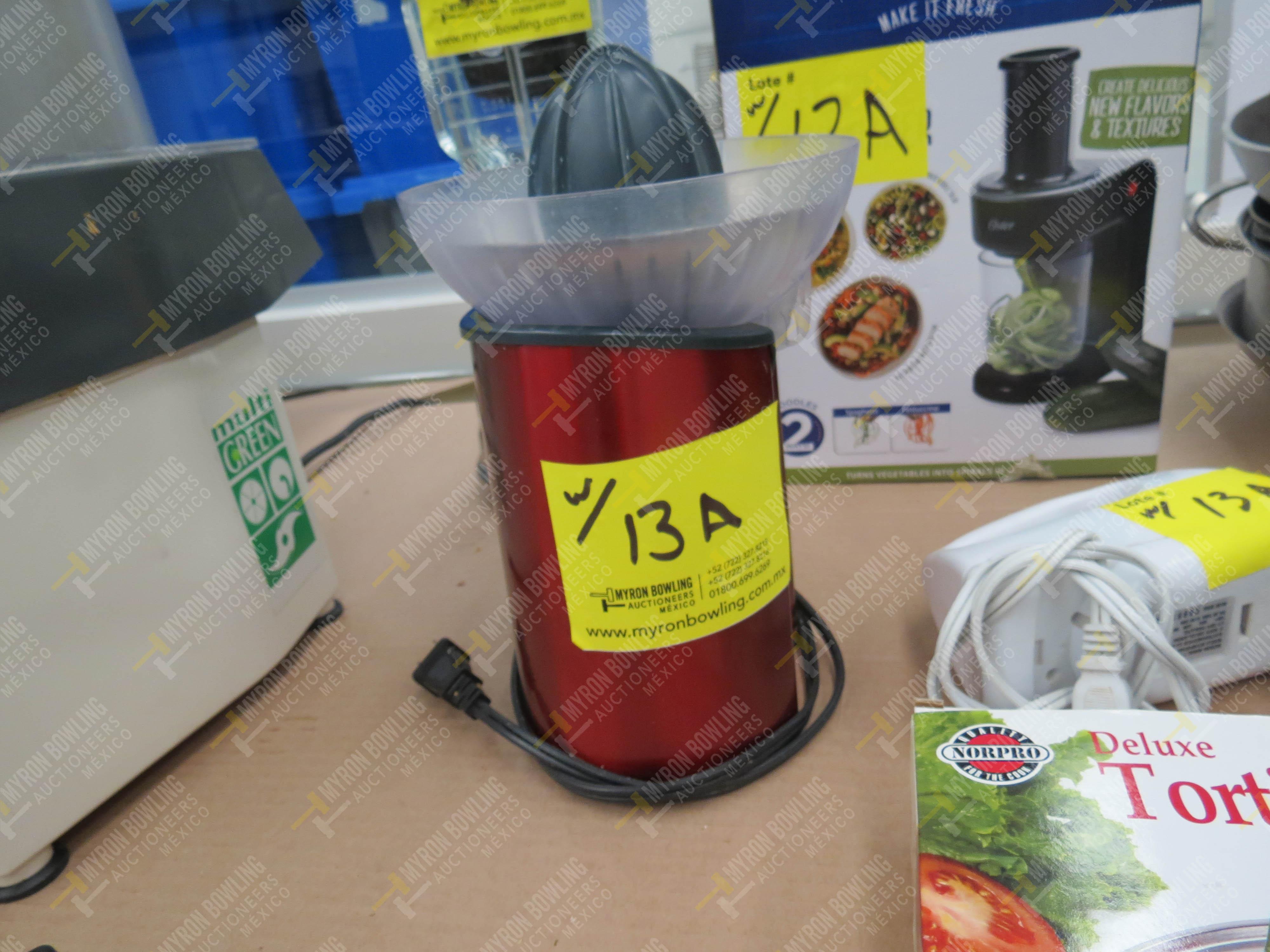 Artículos de cocina varios: extractor de jugos, 12 sartenes de diferentes capacidades