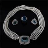 Juego de gargantilla de cinco hilos de perlas de 4,6 mm., pendientes y sortija en oro blancoJue