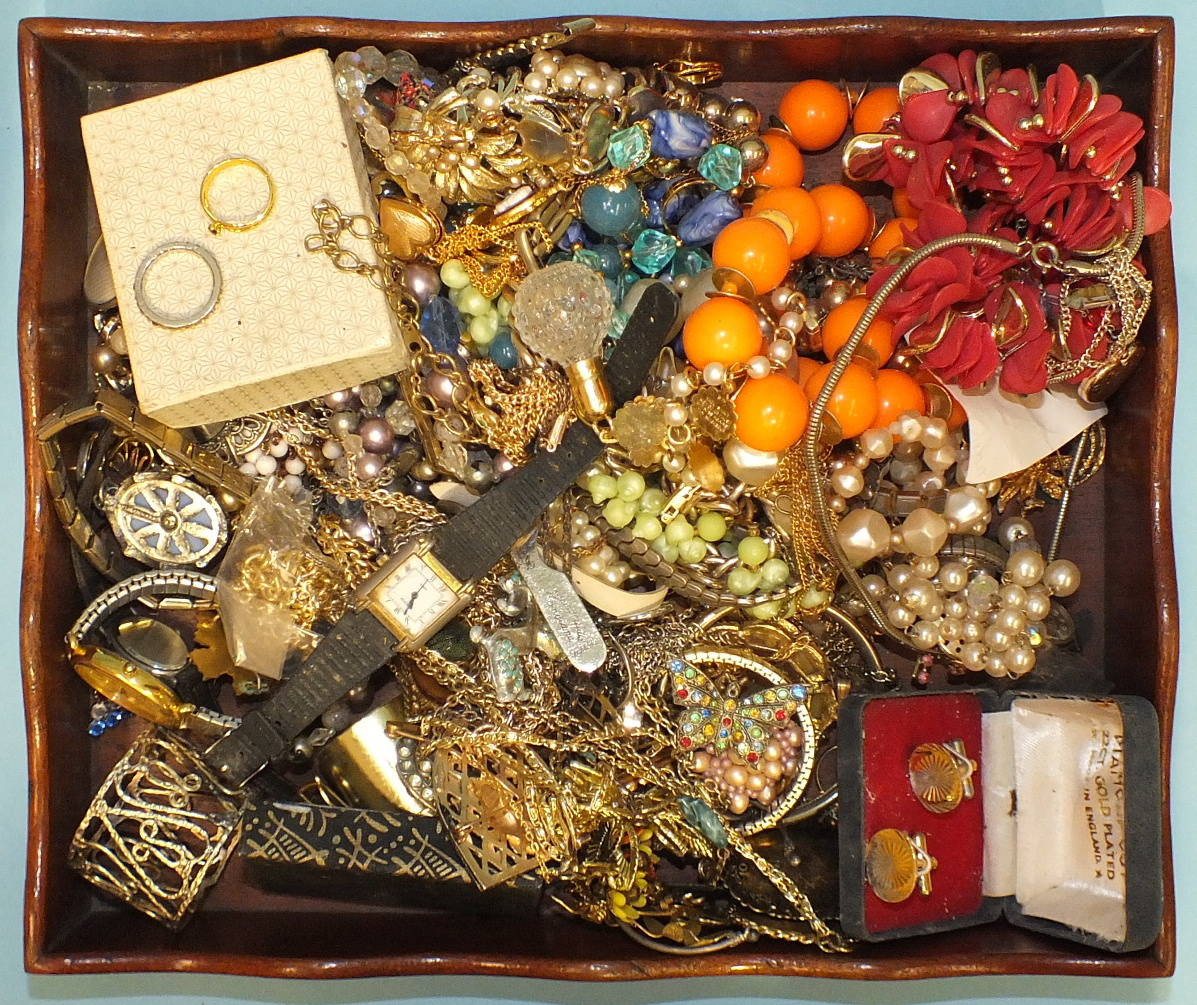 Lot 132 - A quantity of costume jewellery.