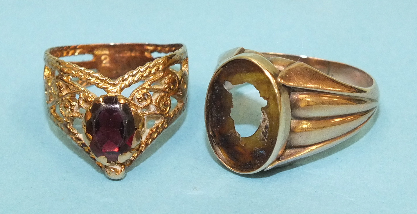 Lot 137 - A 9ct gold filigree ring set garnet and a 9ct gold ring with vacant setting, 8.1g, (2).