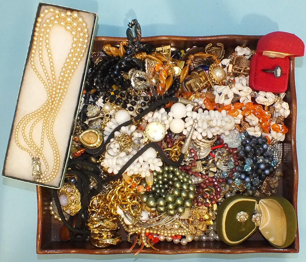 Lot 135 - A quantity of costume jewellery.