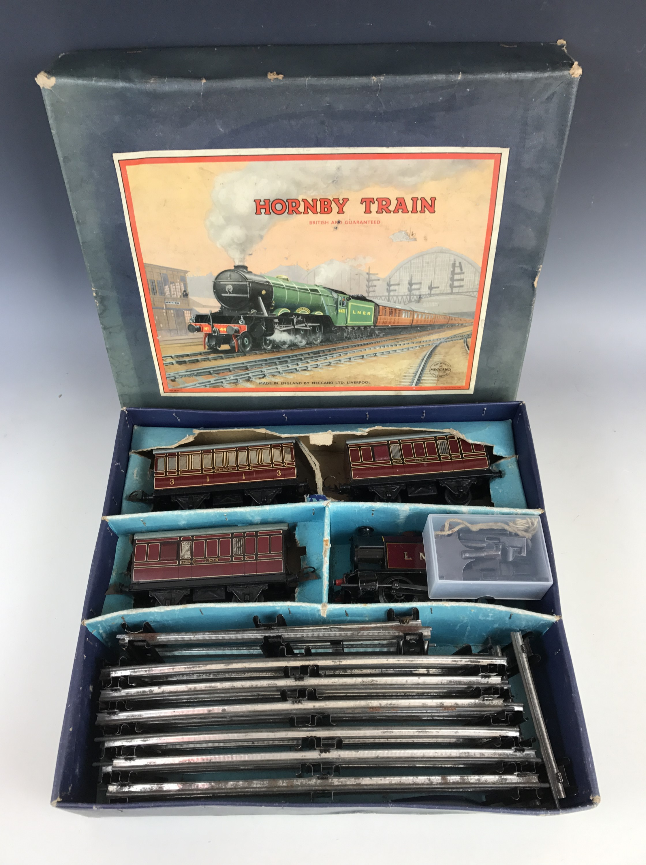Lot 49 - A Hornby clockwork O Gauge No. 101 Tank Passenger train set, having 2270 LMS 0-4-0 locomotive in