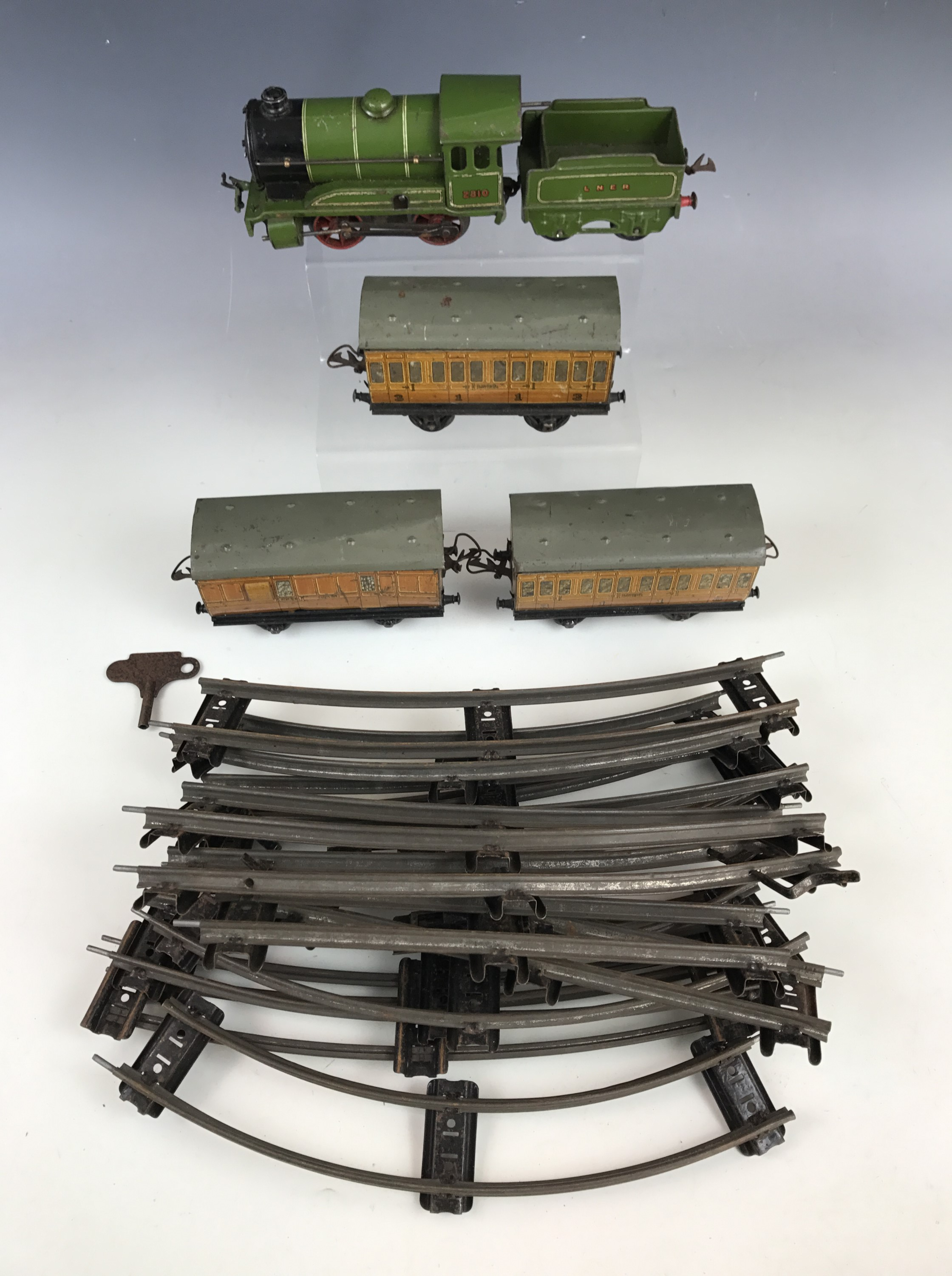 Lot 50 - A Hornby clockwork 1936-41 O Gauge 2810 dark green LNER 0-4-0 locomotive and tender in racing green,