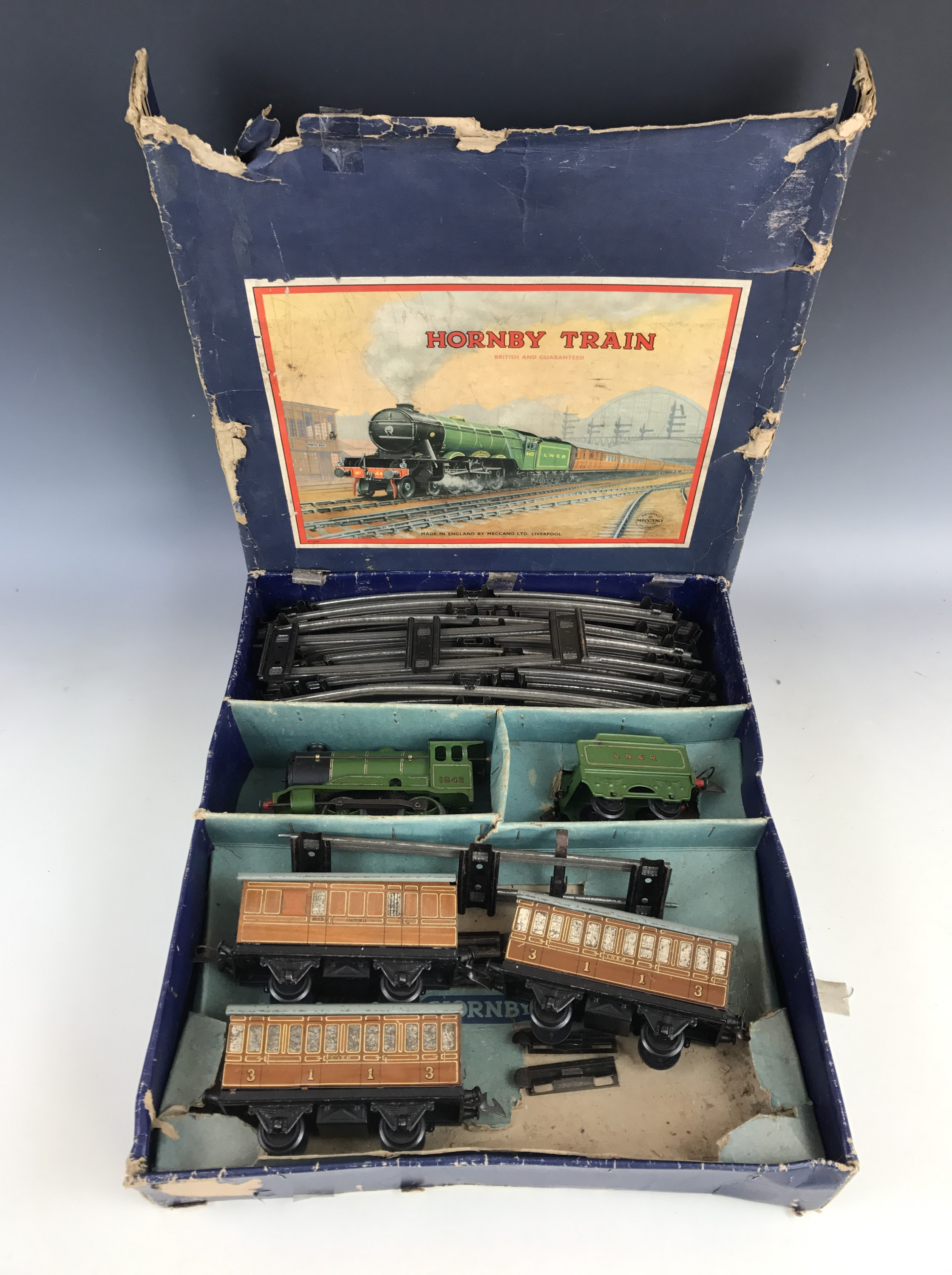 Lot 44 - A Hornby clockwork O Gauge No. 501 Passenger train set, having 1842 LNER 0-4-0 locomotive and tender