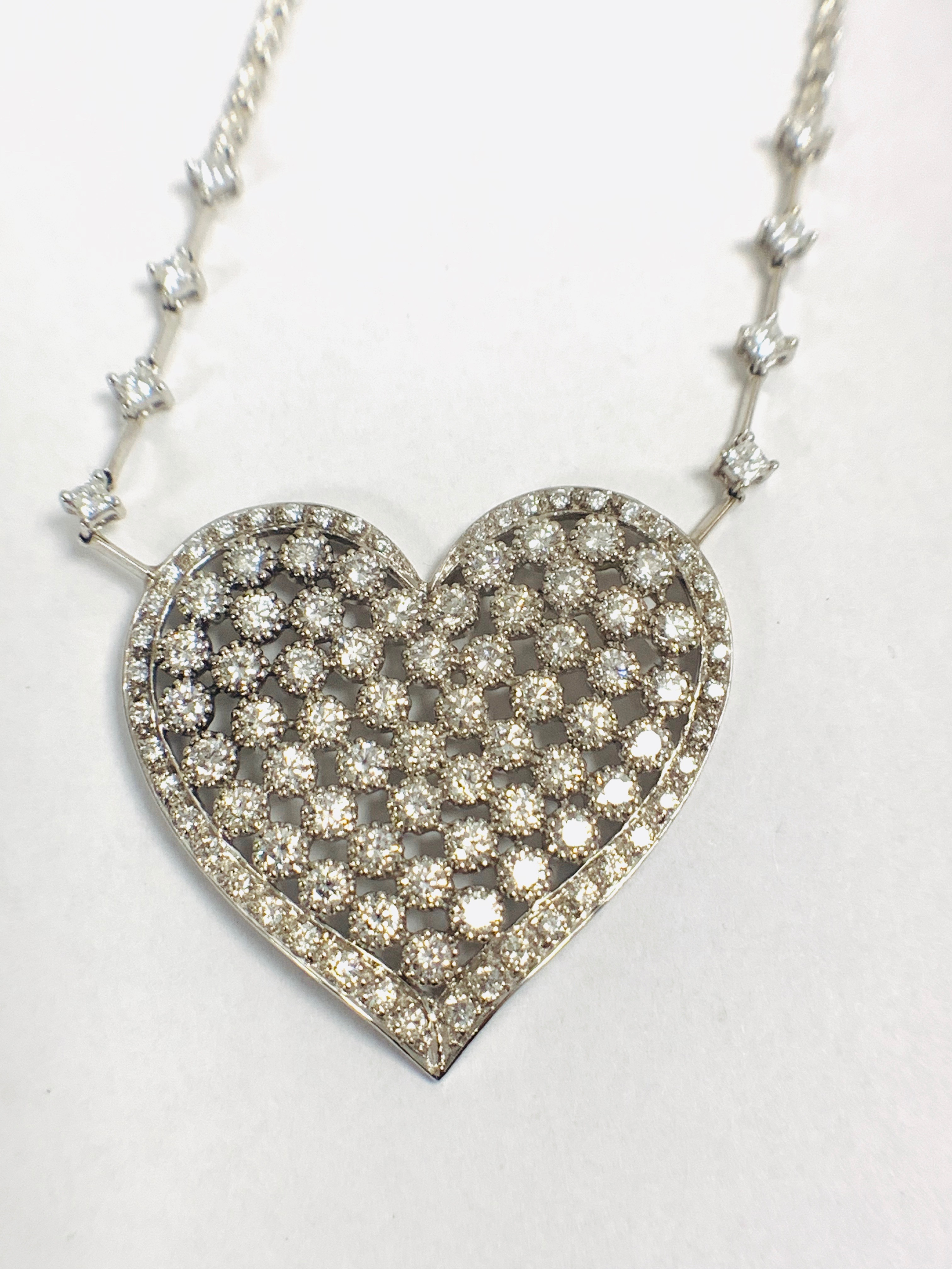 18ct White Gold Diamond heart necklace - Image 8 of 12