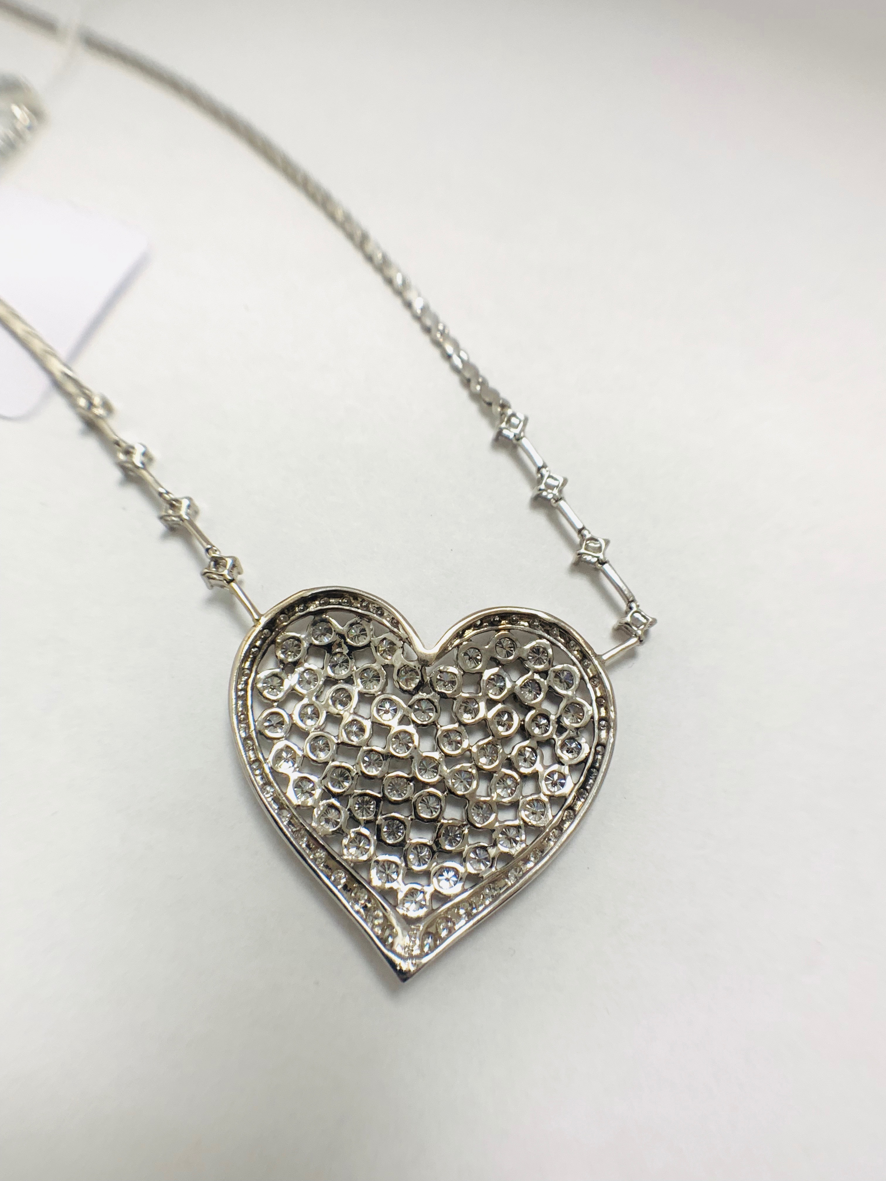18ct White Gold Diamond heart necklace - Image 5 of 12