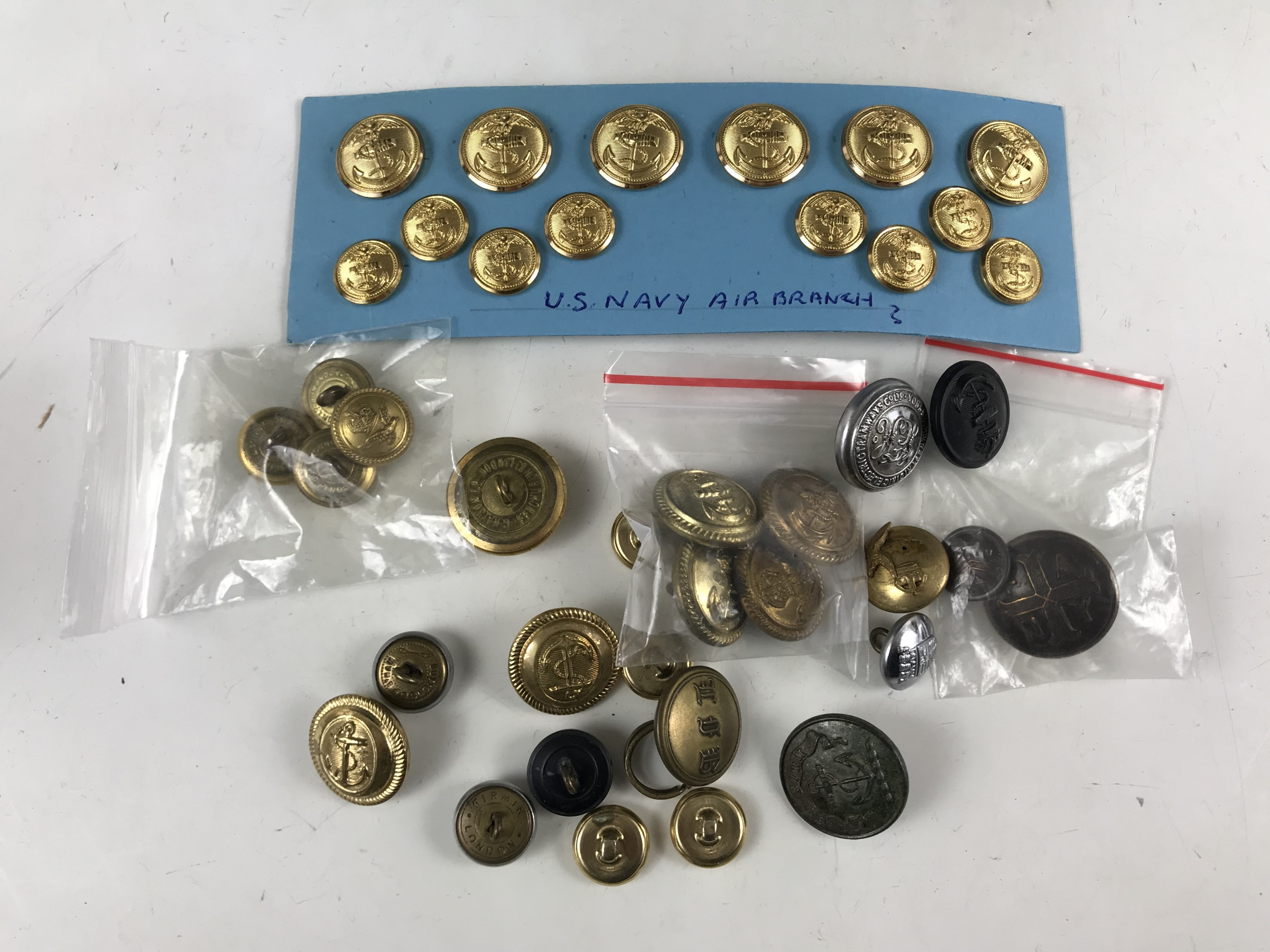 Lot 31 - A quantity of Naval and other buttons