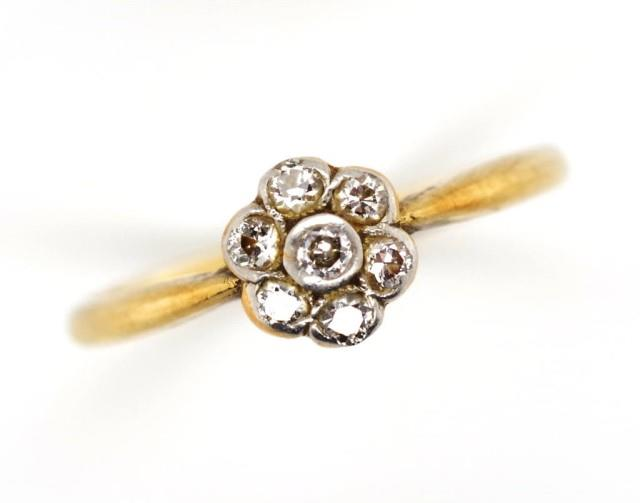 Lot 16 - Diamond cluster and 18ct gold ring