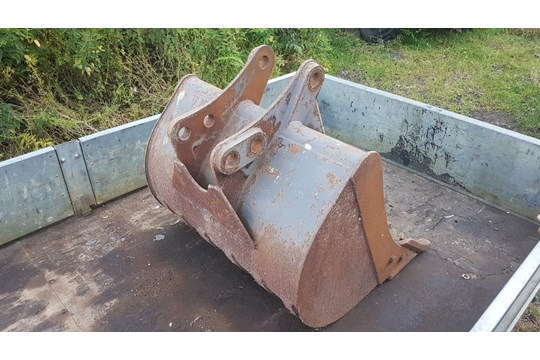 Lot 24 - 1m digging bucket, vgc with small amount of use, minimal wear to teeth and bushings.