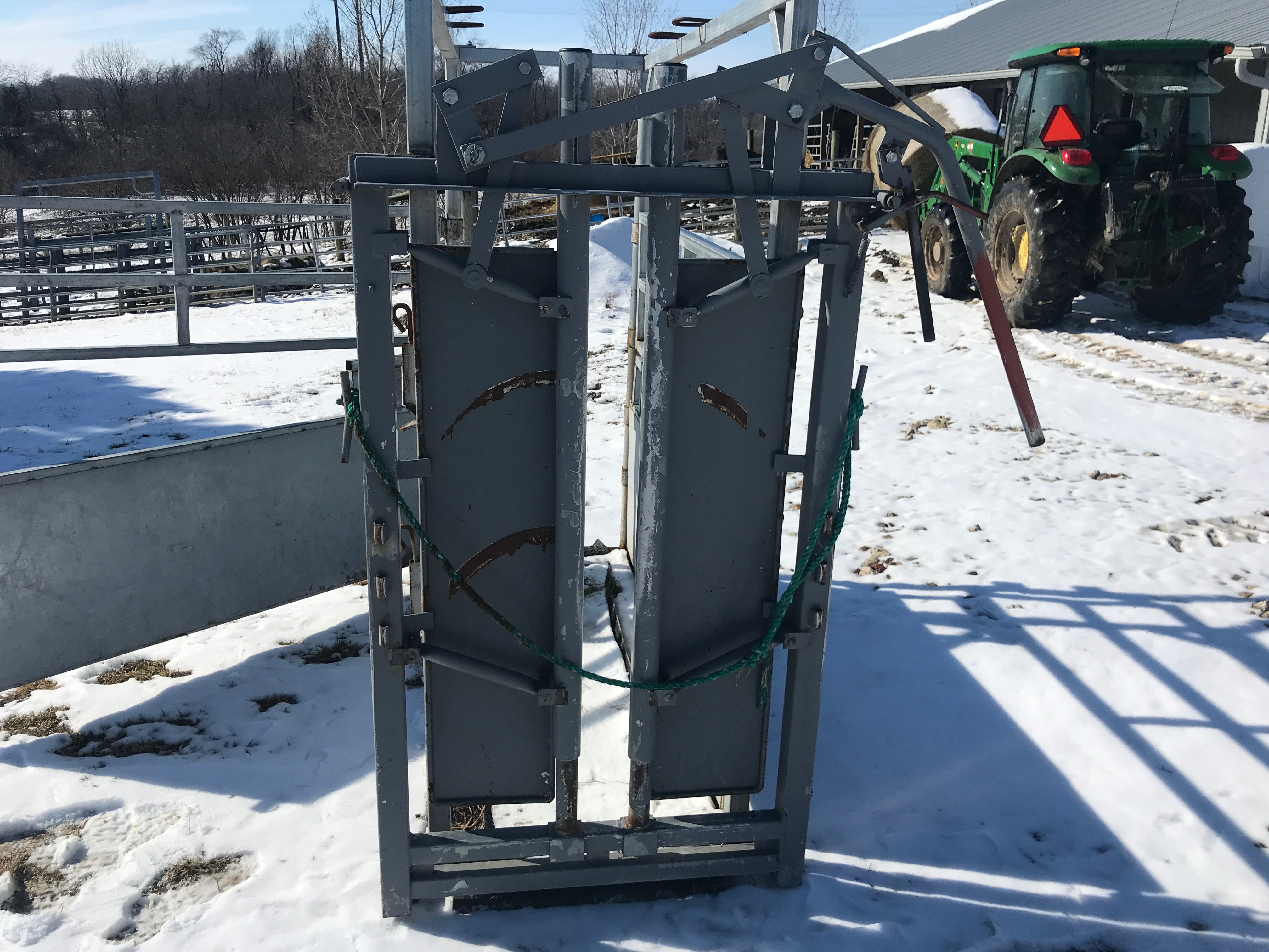 River Rode Cattle Chute, Manual Catch, Double Side Door, Wood Floor, (NICE CONDITION)
