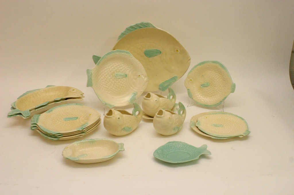 A shorter 39 s ceramic fish shaped dinner service including for Fish shaped plates