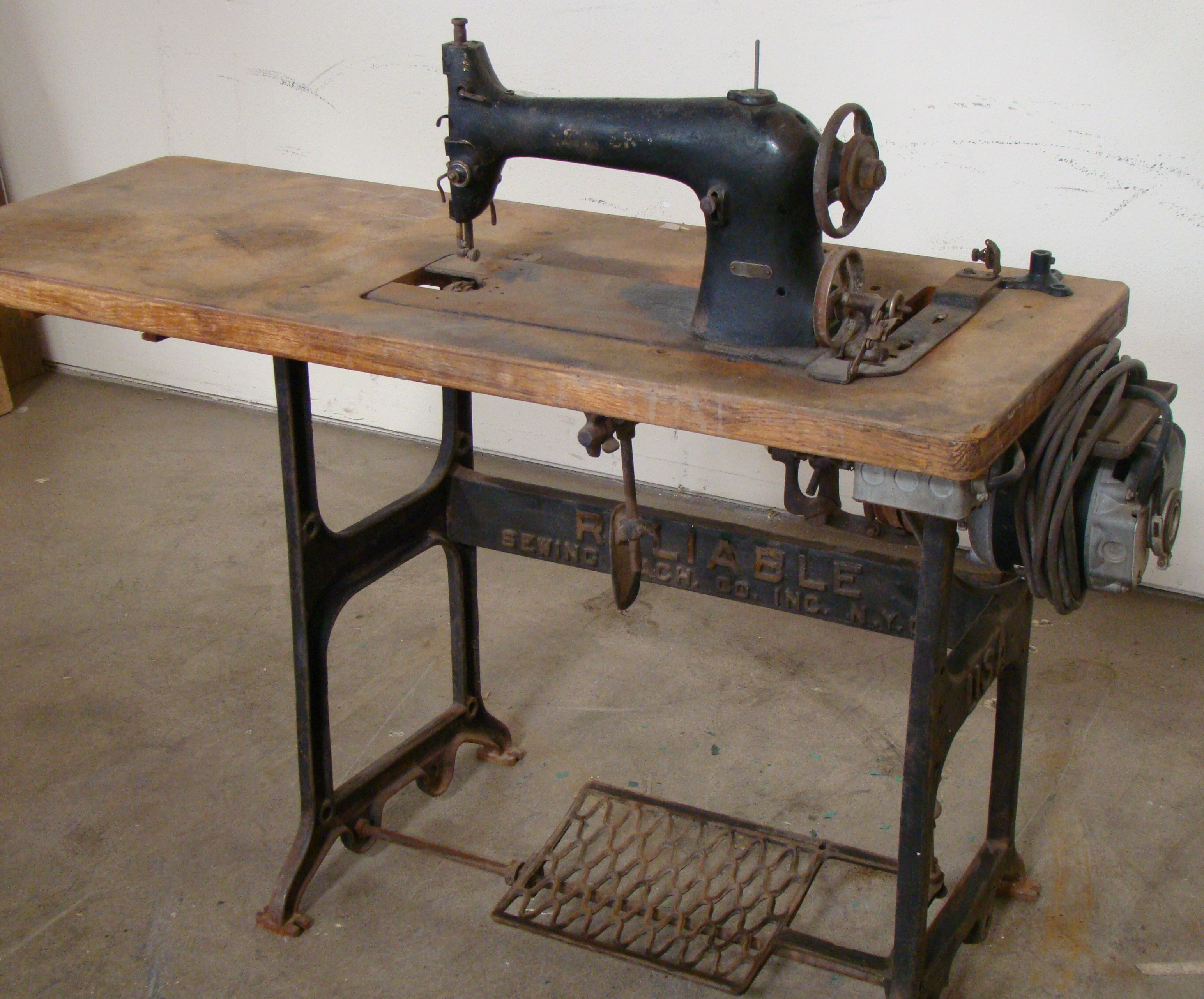 Lot 50 - Singer Antique Sewing Machine 115 Volt