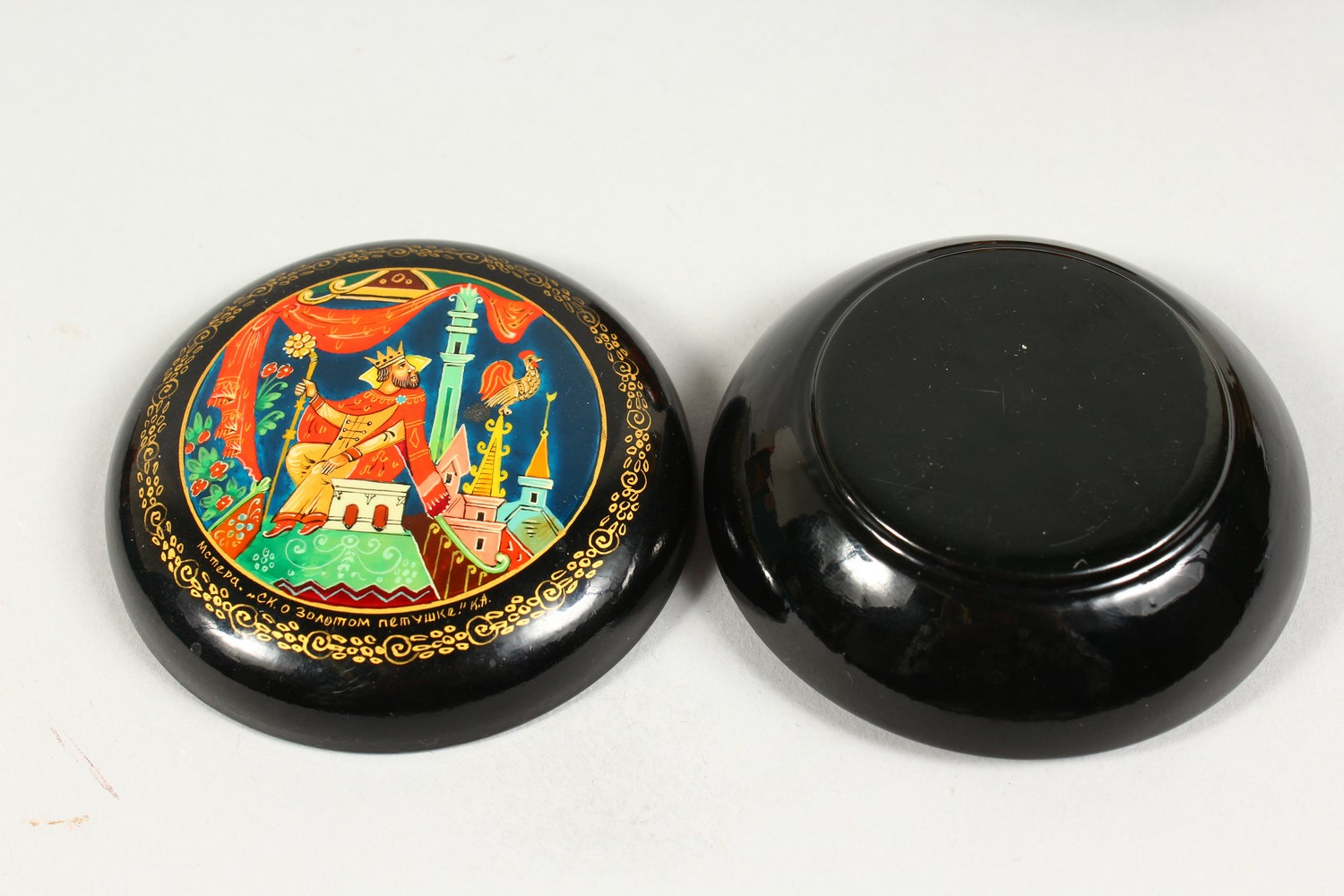 TWO SMALL RUSSIAN CIRCULAR BLACK PAPIER MACHE BOXES AND COVERS. 2.5ins diameter. - Image 5 of 12