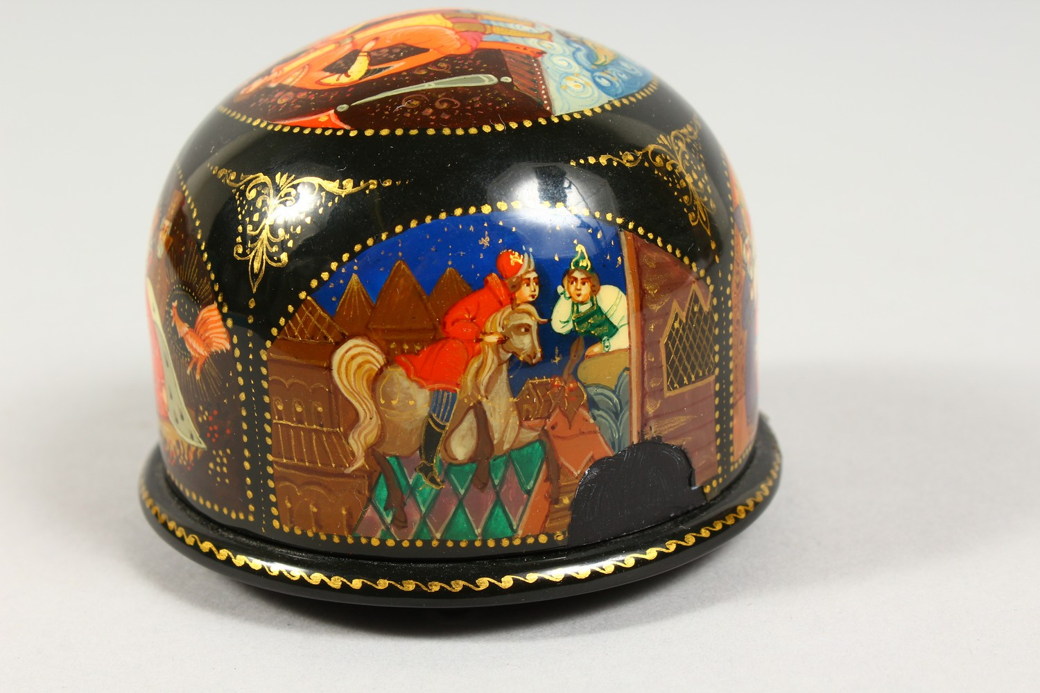 TWO SMALL RUSSIAN CIRCULAR BLACK PAPIER MACHE BOXES AND COVERS. 2.5ins diameter. - Image 10 of 12