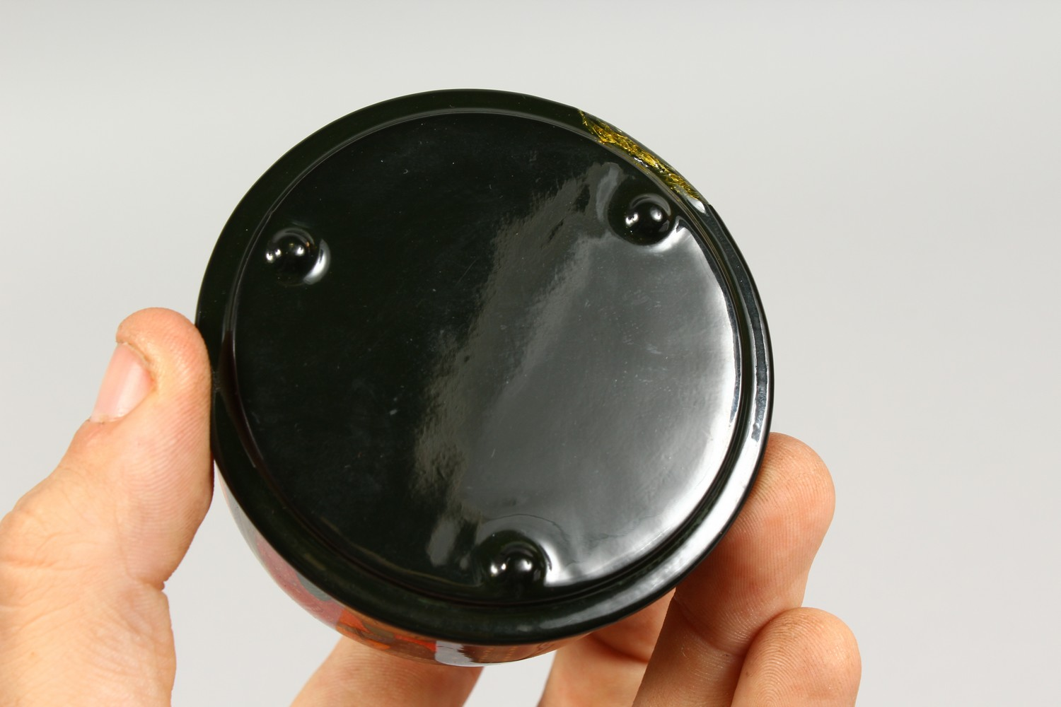 TWO SMALL RUSSIAN CIRCULAR BLACK PAPIER MACHE BOXES AND COVERS. 2.5ins diameter. - Image 11 of 12
