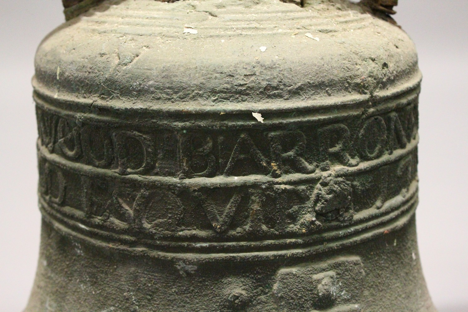 Lot 1343 - AN IMPRESSIVE AND INTERESTING 18TH CENTURY BRONZE BELL, the bell cast with two bands of names: SR