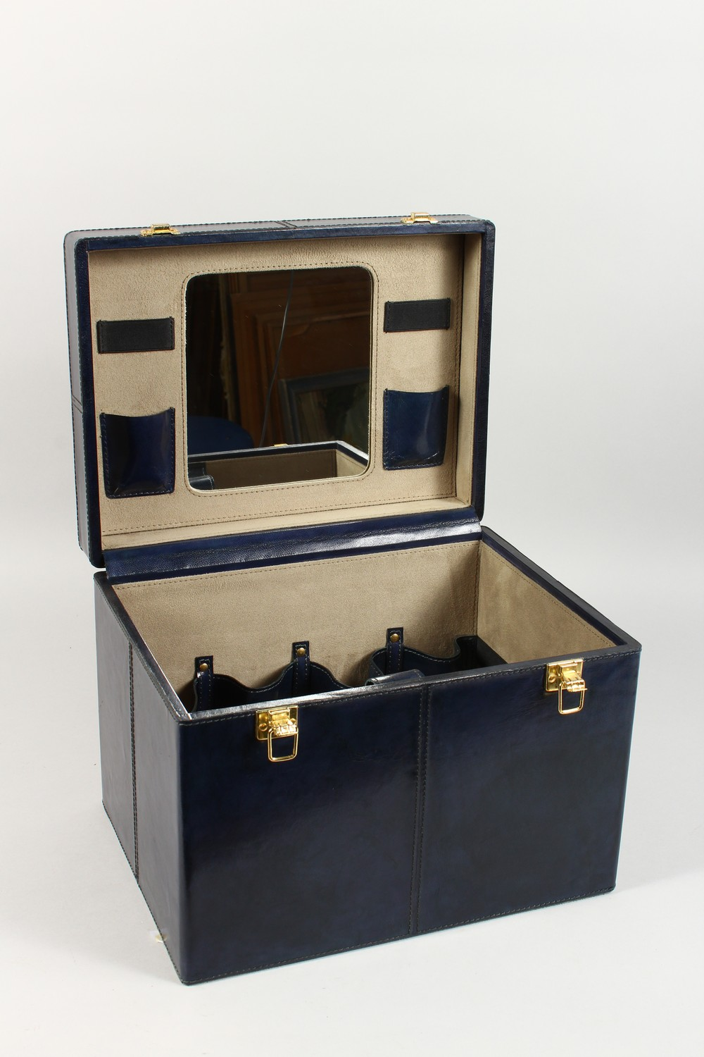 A BLUE LEATHER VANITY CASE. - Image 2 of 4