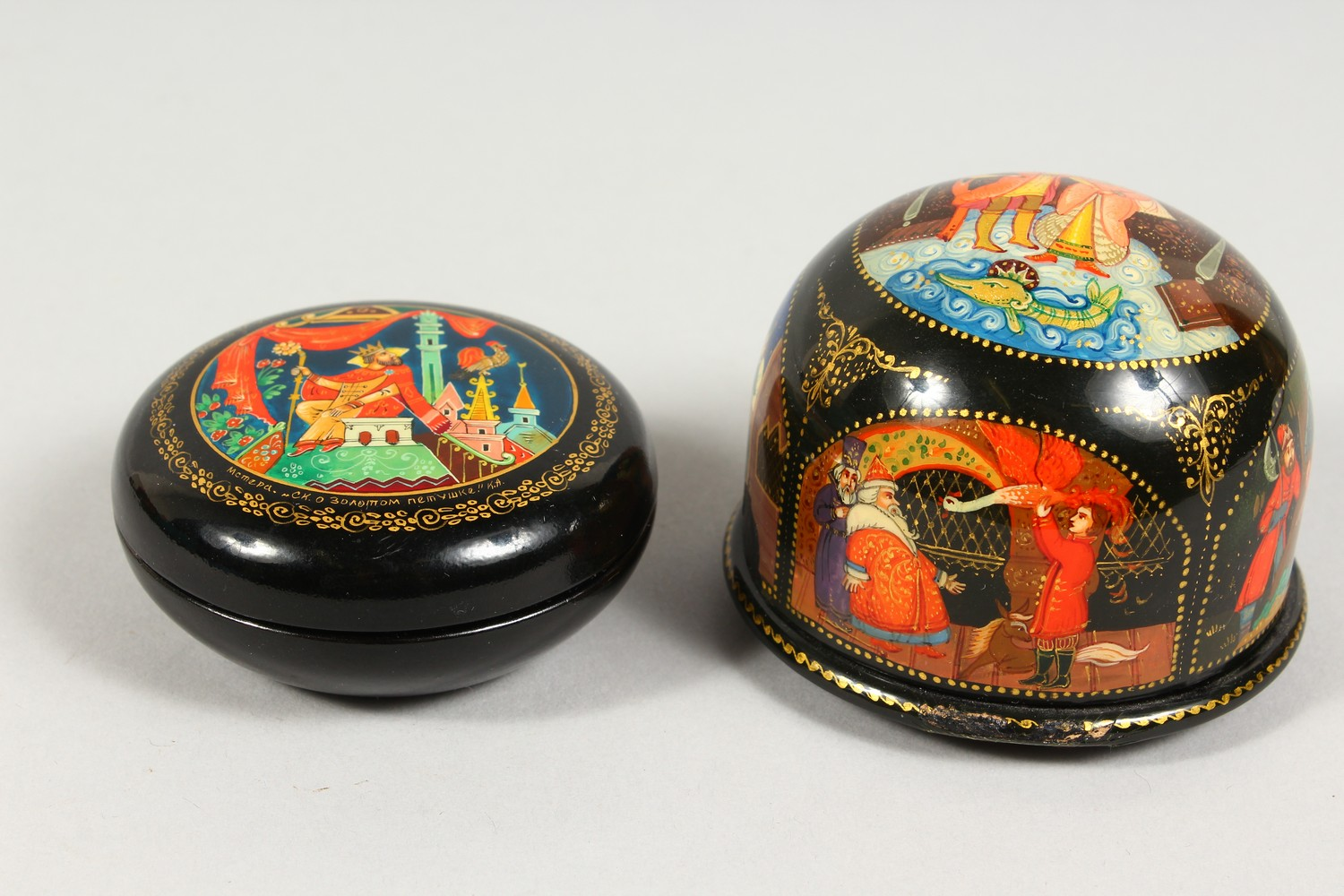 TWO SMALL RUSSIAN CIRCULAR BLACK PAPIER MACHE BOXES AND COVERS. 2.5ins diameter. - Image 2 of 12