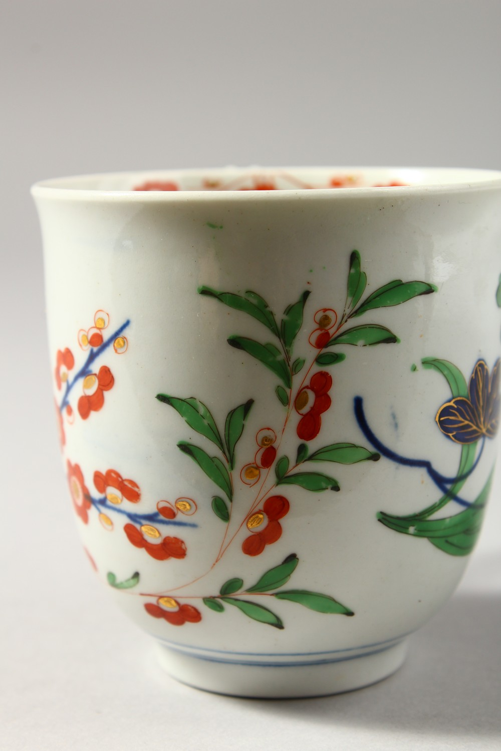 Lot 1086 - A LARGE WORCESTER COLOURED COFFEE CUP, perhaps for chocolate, painted with large Oriental flowers,
