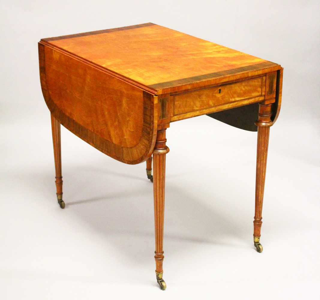 A GOOD EARLY 20TH CENTURY SATINWOOD, ROSEWOOD AND THUYA BANDED PEMBROKE TABLE, with a rounded
